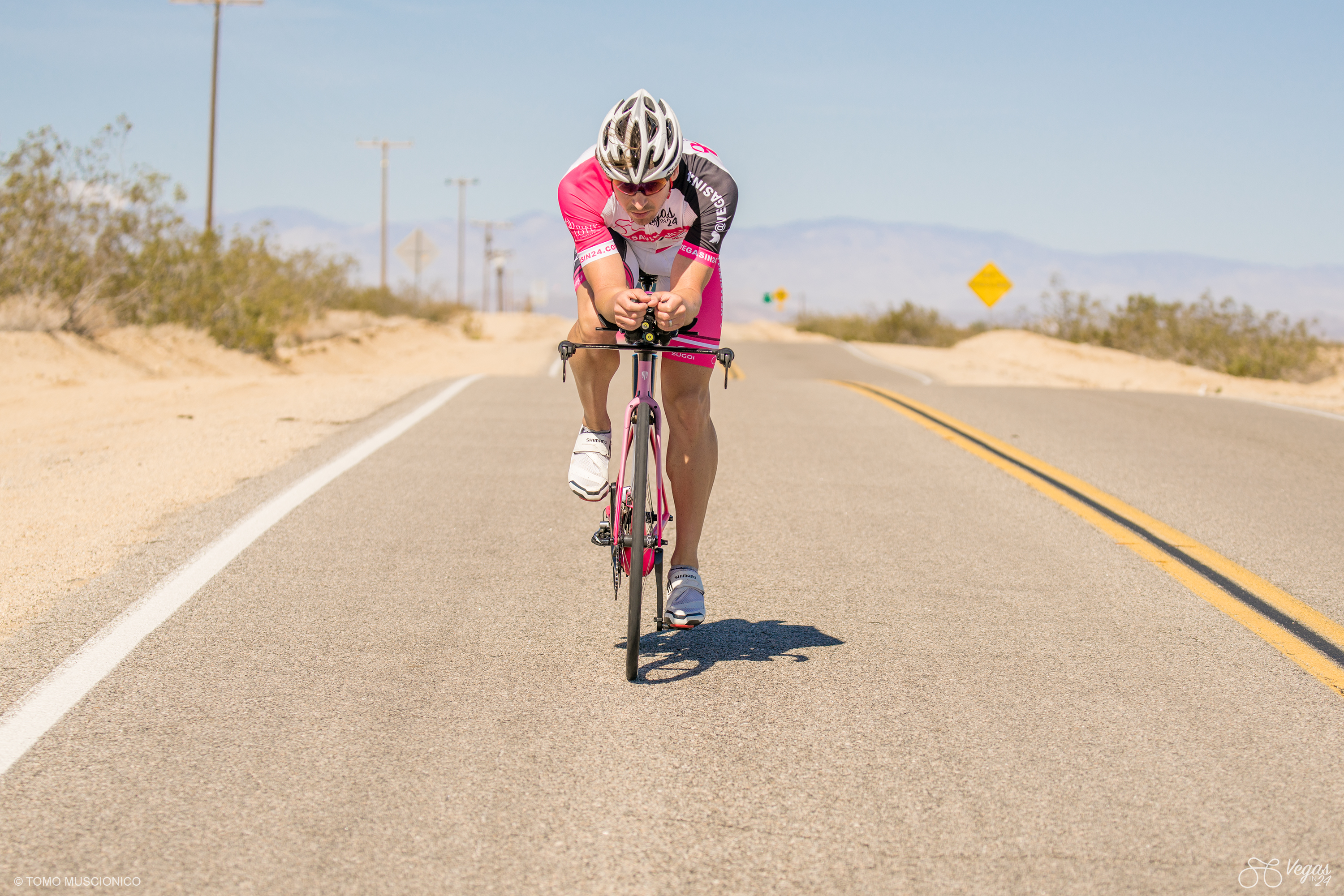 There is no shelter in the desert as Andy Funk is slicing through the crosswind. Andy is grabbing his aerobars firmly in anticipation of the next wind gust.