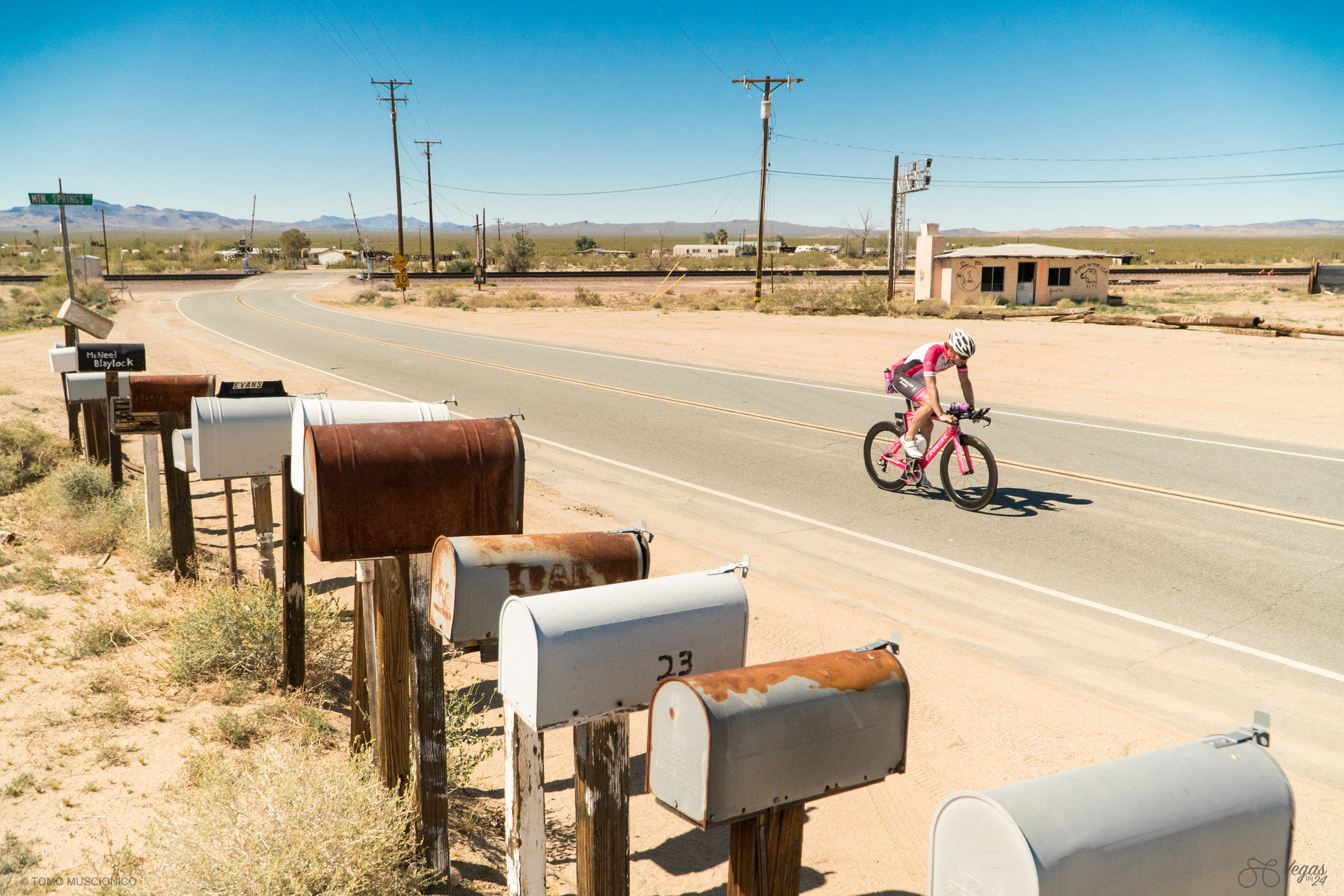 Andy continues on Route 66 towards the Nevada state border. Rusted mailboxes along the road catapult us back into time - nobody picks up mail here anymore.